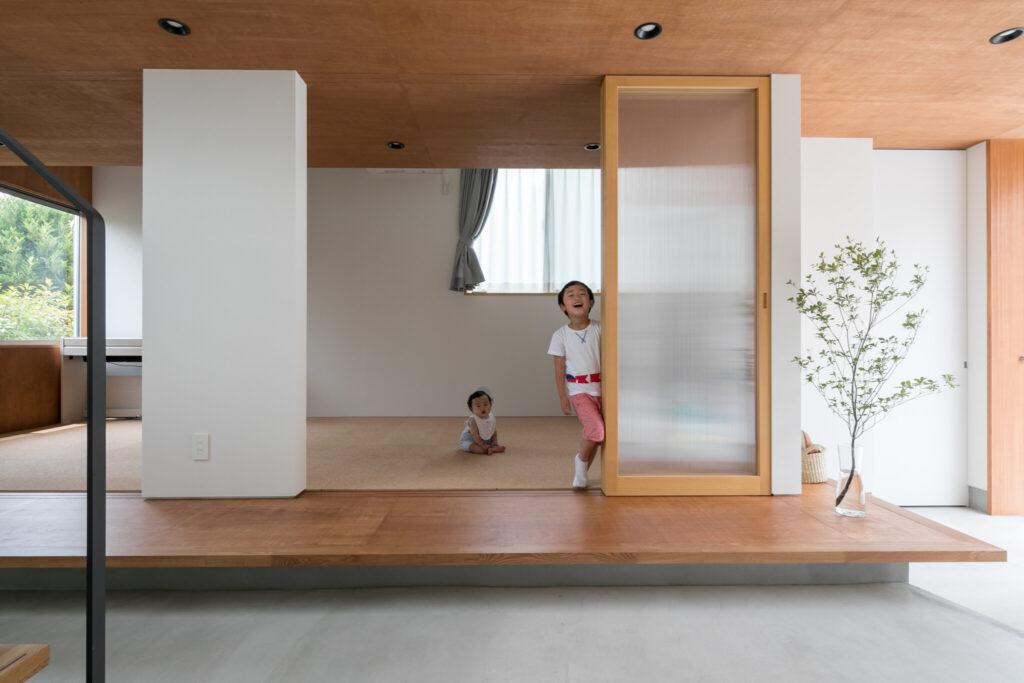 内土間とつながる子ども部屋。建具の位置をセットバックし、縁側を設えた。「親が縁側に座りながら遊んでいる子供を見守る、といった家族の交流の場をイメージしました」(村上さん)。