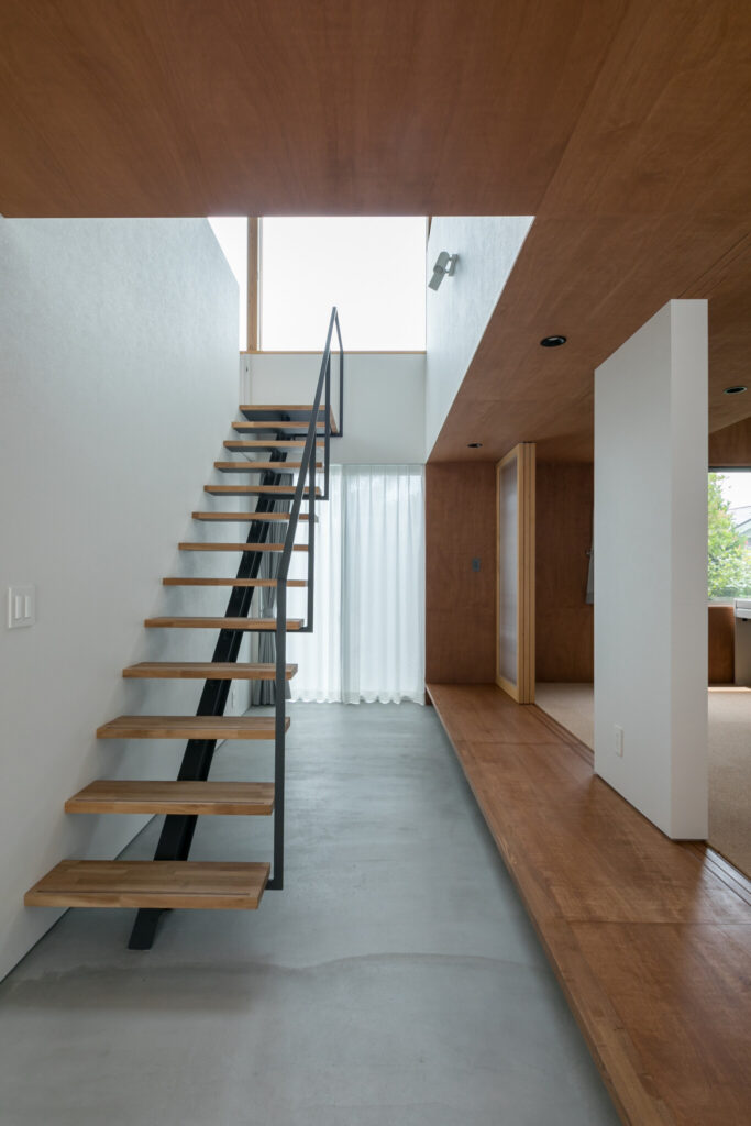 階段を軽快なデザインにすることで、北側玄関から南側の裏庭に視線が抜ける。