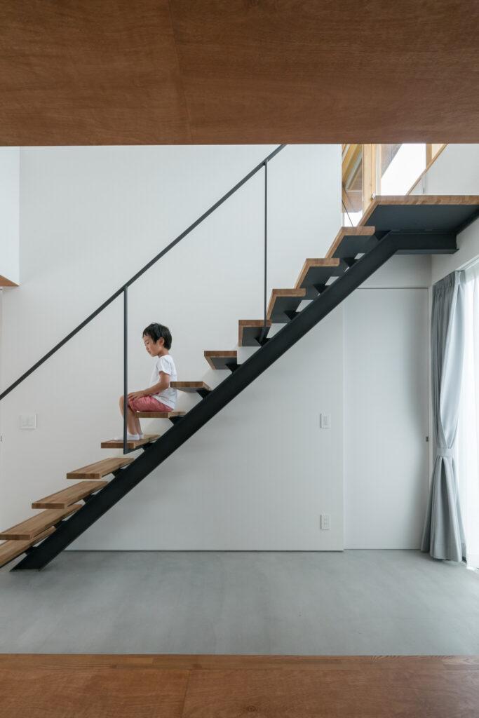 腰をかけられる縁側やスケルトン階段によって、内土間がただの廊下ではなく、コミュニケーションの場としても機能。階段下のドアは寝室へとつながる。