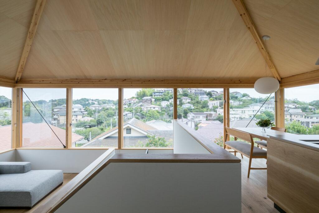 2階LDKは開放感溢れる無柱のワンルーム空間。鎌倉山の景色が一望できる。