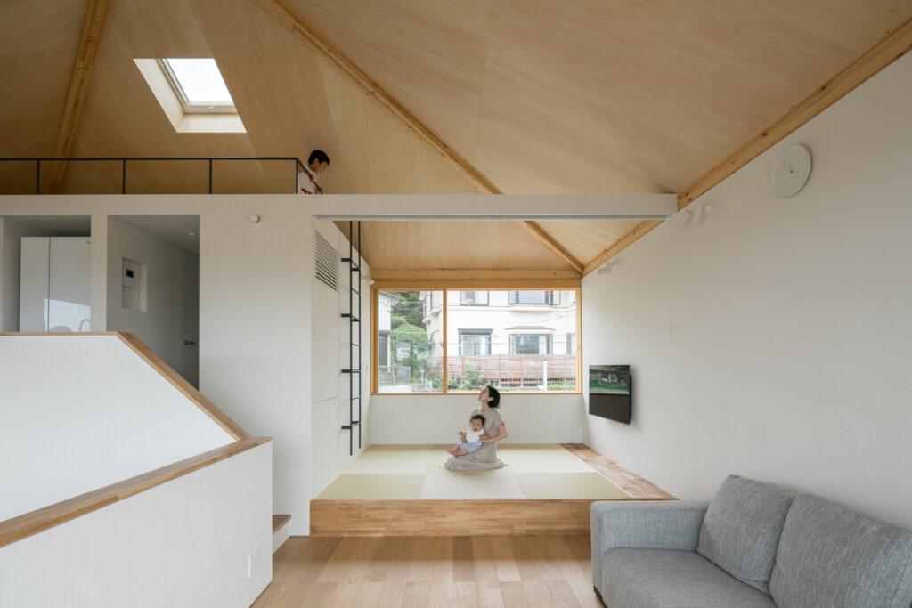 リビング横にはロフトへとつながる小上がりの畳スペースを配置。北側の大開口から、心地よい光が差し込む。