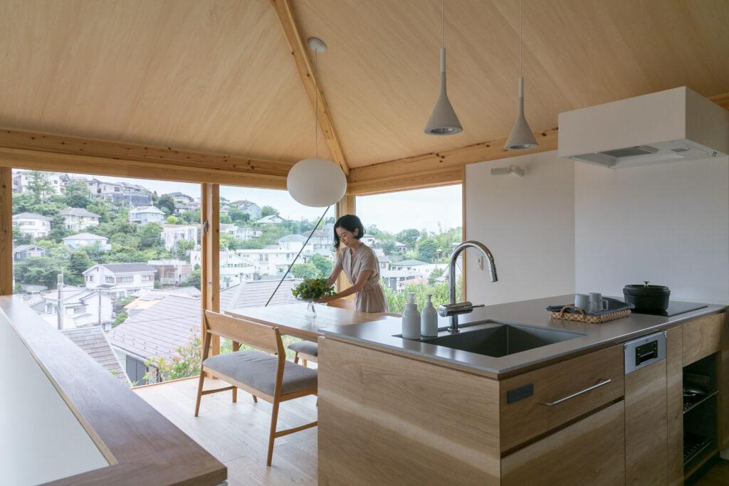 開放的なダイニングキッチン。キッチンは奥さまのリクエストをもとにご主人自らが設計した。