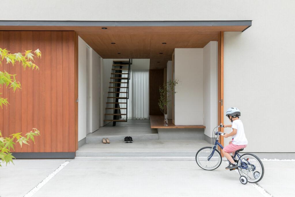 林邸の特徴の一つである大きな玄関引き戸。開放的な広い玄関スペースがご主人の希望だった。