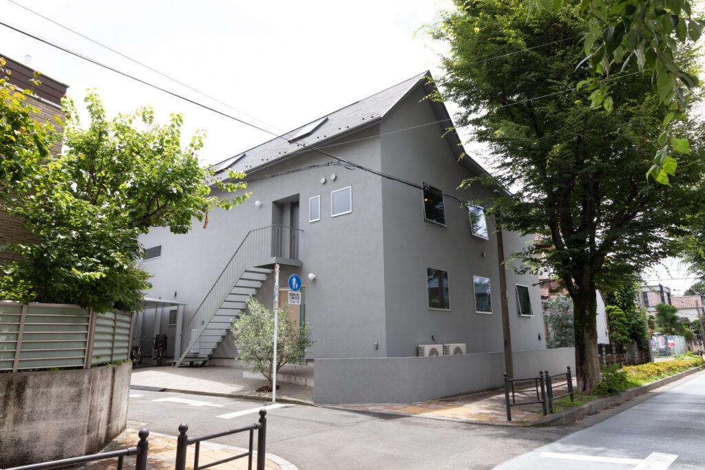 緑が豊富な穏やかな住宅街の中で、三角屋根のグレーの外観がさりげなく個性を放っている。