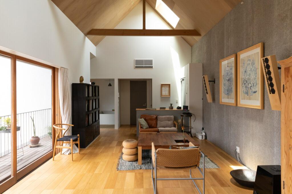 キッチンからリビングを見る。座卓は、友人の家具職人に「フロア材を面材にして作製してください」とオーダーしたもの。