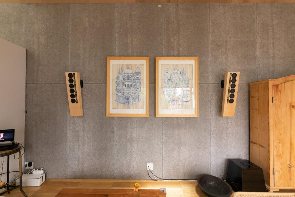 この家を建てるにあたってカワニシタカヒ氏にオーダーした2枚の絵。自ら設置までしてくれたという。木製のスピーカーは『田口音響研究所』。