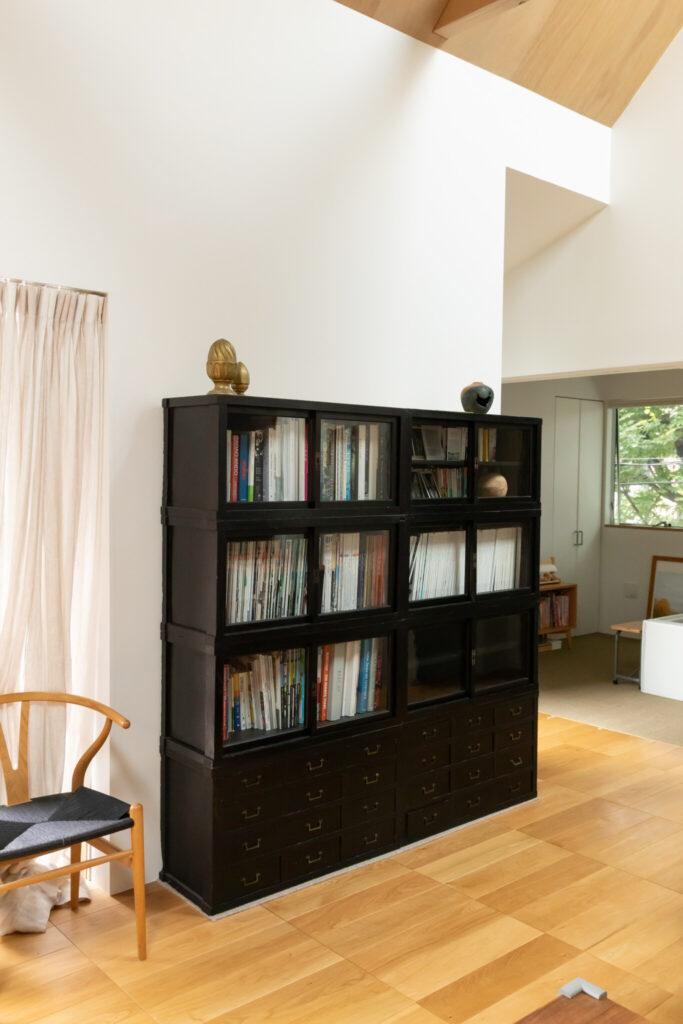 渋谷区・代々木上原の道具屋さんで購入したヴィンテージの家具。8つに分かれているため、組み合わせ自由。