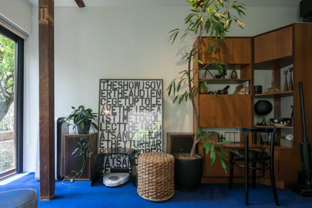 '67年のロジャー・ベネットのキャビネットや現代アートのプリント作品など、時代や国境を超えたテイストをMIX。