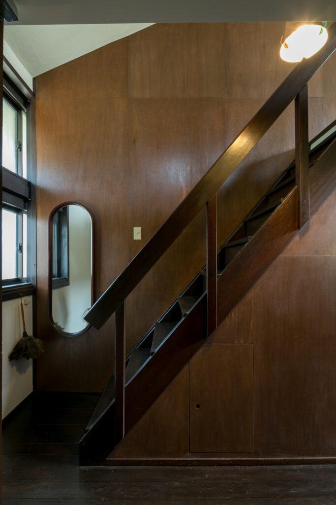 竣工当時のままの急勾配な階段。鏡は柳宗理のデザイン。