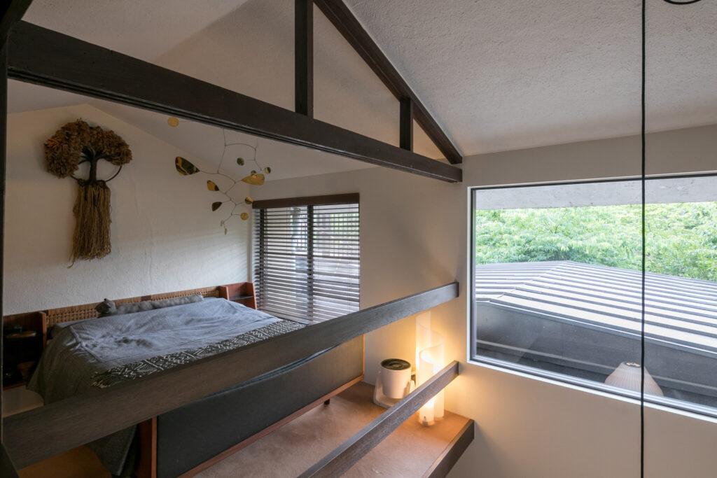 ベッドはハンス・J・ウェグナーのGETAMA、GE701。'50〜60年代のもの。窓のアルミサッシを替え、断熱性を高めている。