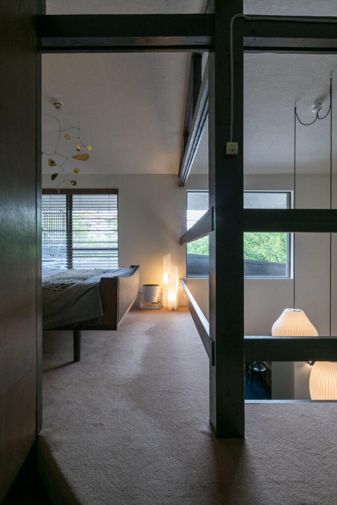 2階はカーペット敷。吹き抜けの手すりのデザインがこの家にしっくり馴染んでいる。