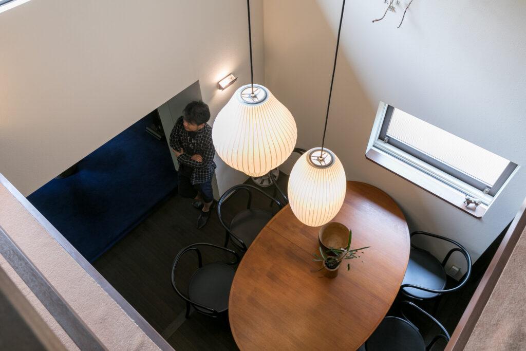 アルネ・ヴォッターのオーバル型のダイニングテーブルの美しさが際立つ