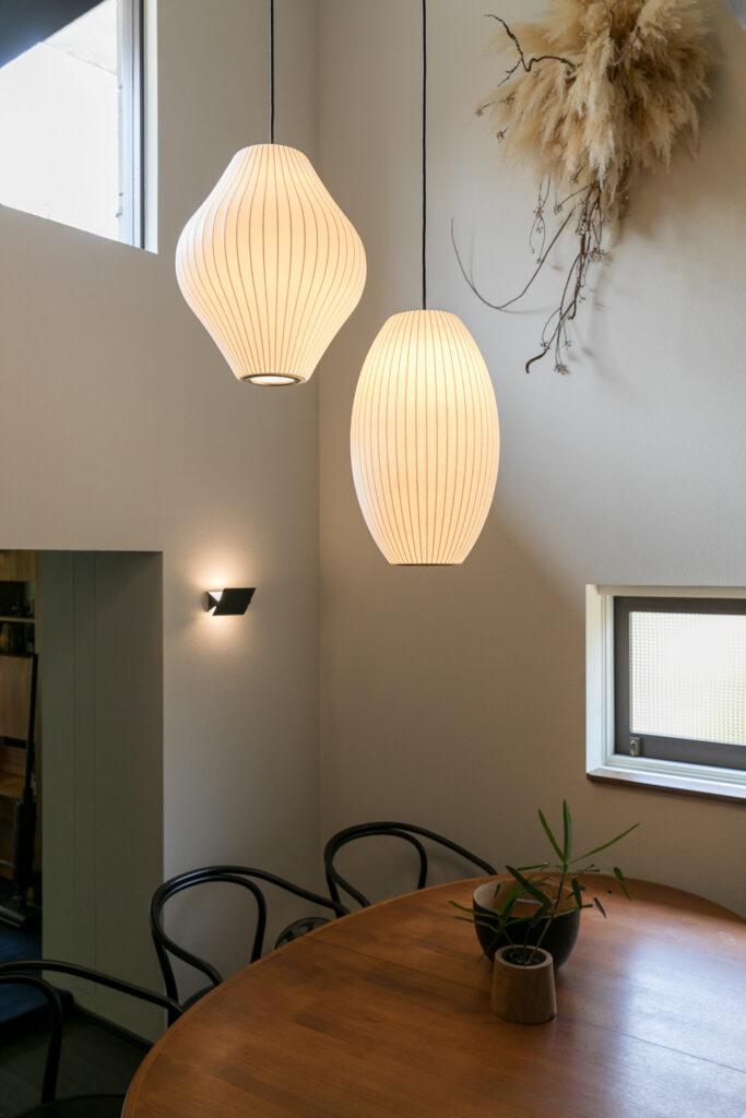 ジョージ・ネルソンのバブルランプは形違いの2種類を下げた。壁面のスワッグはフラワーデザイナーの梶谷奈允子。「この場で制作してくださいました」