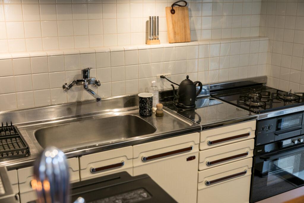 ホーローのキッチンは、友人から譲り受けて設置。