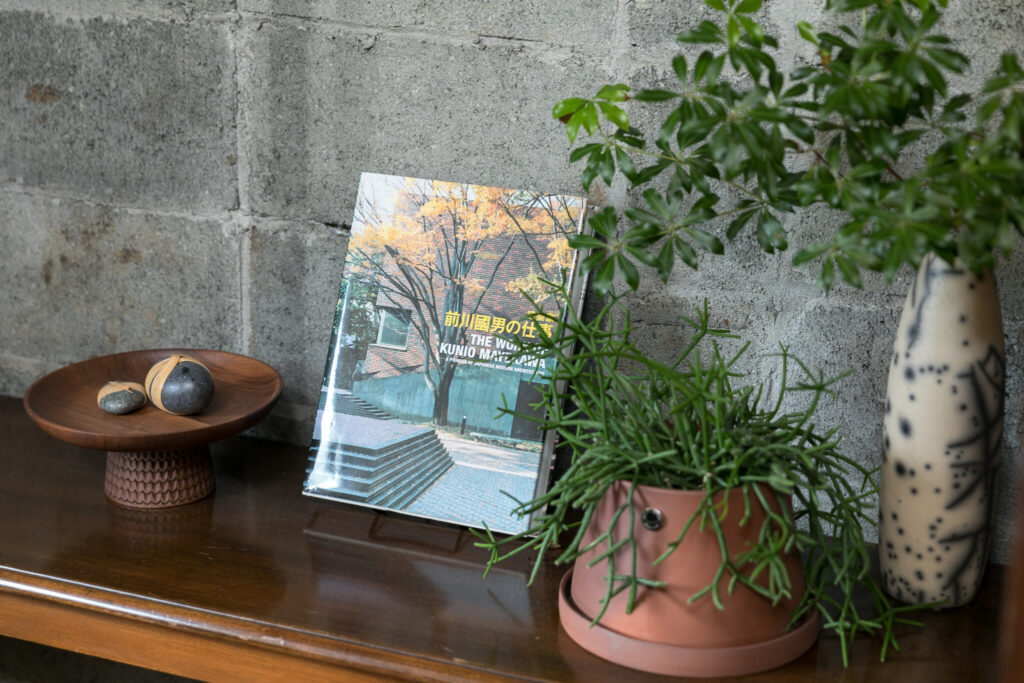 前川國男の作品集がコンクリートブロックの壁によく似合う。