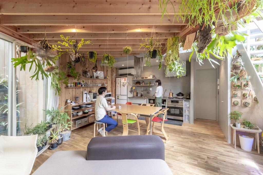 狭くなりまた空間のつながり感が弱まることからアイランド型のキッチンは採用しなかった。
