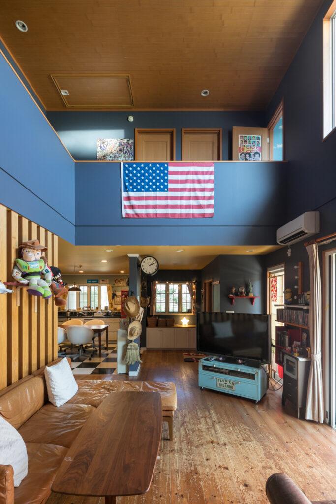西側から見たリビング。ご夫婦は大がつくほどのアメリカ好きで、アメリカ国旗が飾られている。