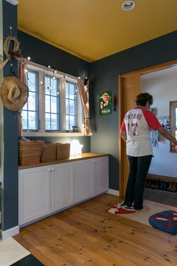 玄関とリビングの間に両開きの引き戸を設置し断熱効果を高めた。