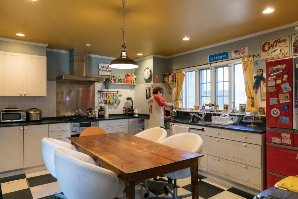 「いちからキッチンを作るならアメリカンなものにしたかった」とかとうさん。和室だった場所を、2面たっぷり使った贅沢なキッチン空間に。