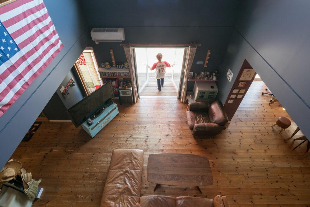 1階の床はキッチンを除き無垢材に統一。ほぼ全面に床暖房が敷かれている。