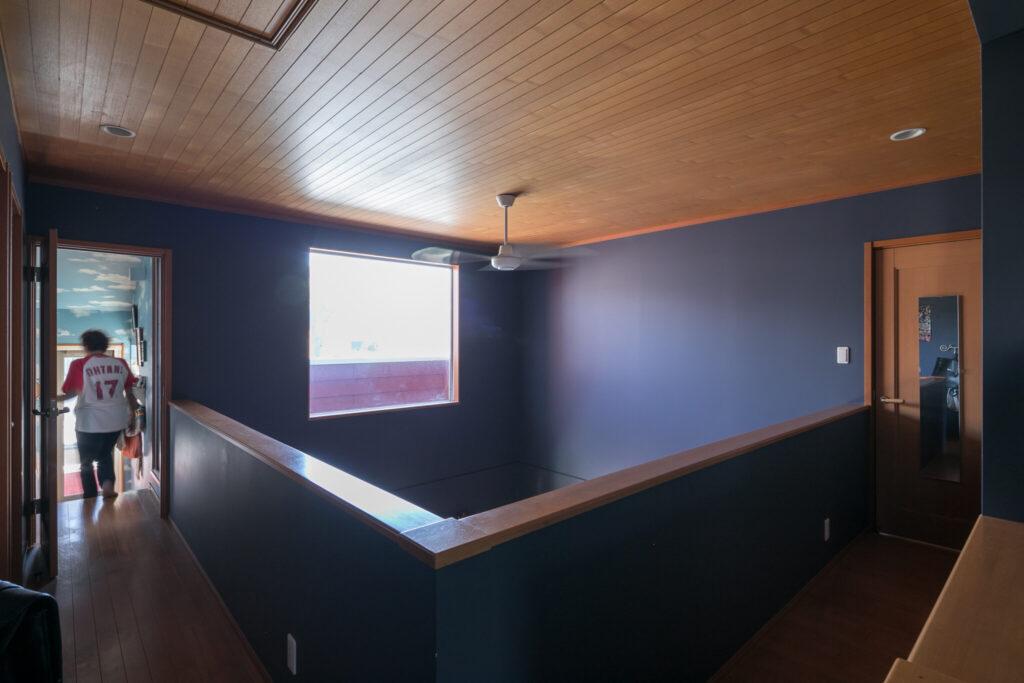 2階廊下。はめ殺しの窓から室内に光が入る。左奥がかとうさんのアトリエ。