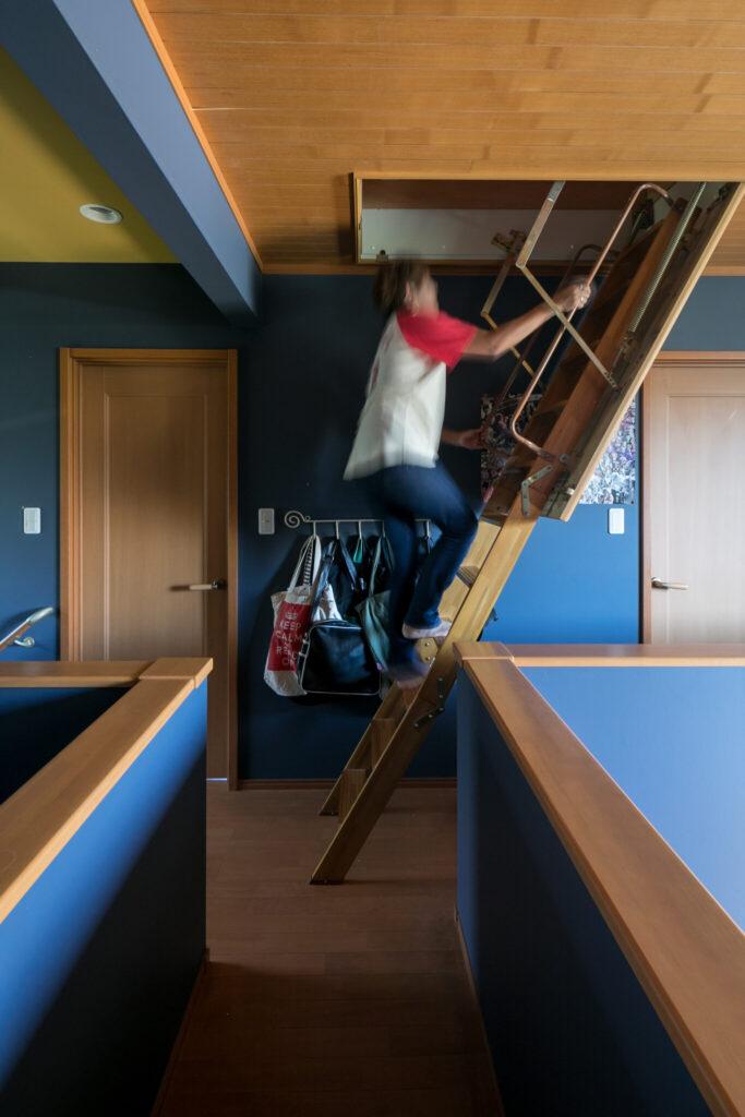 2階廊下の天井には、屋根裏部屋に続く階段が収納されている。