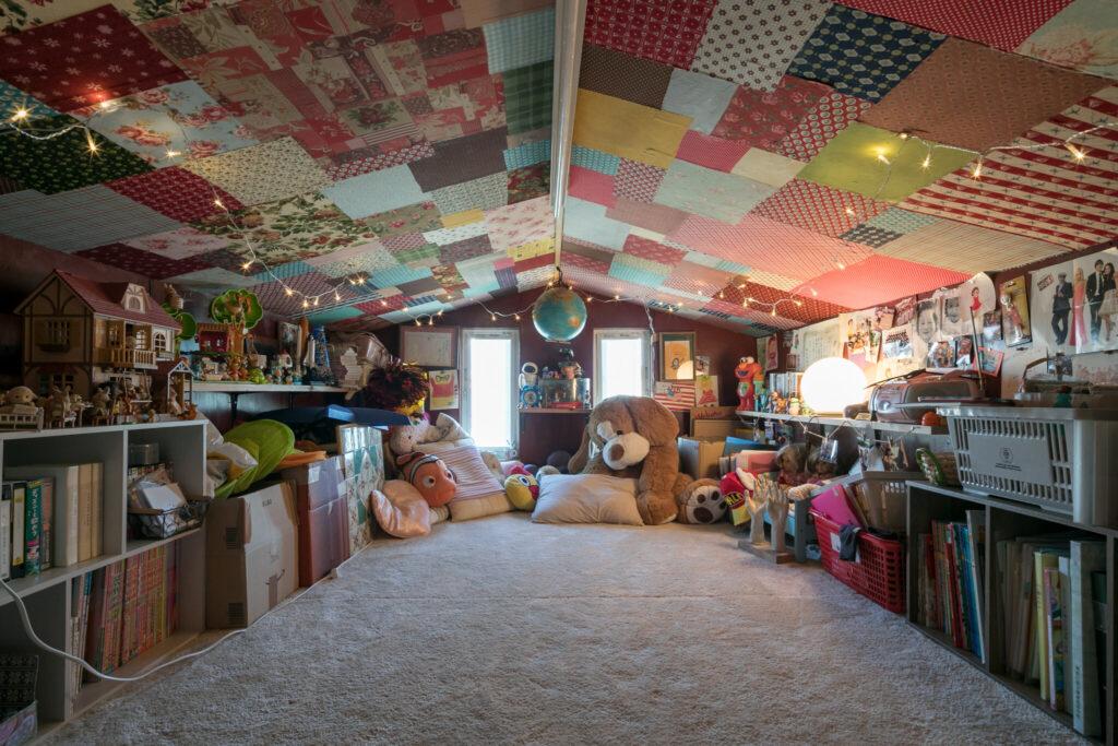物置として使っていた屋根裏だが、愛犬の死をきっかけに次女が3週間かけ模様替えをした。今はお子さんの友人が泊まりに来るなど交流スペースになっている。