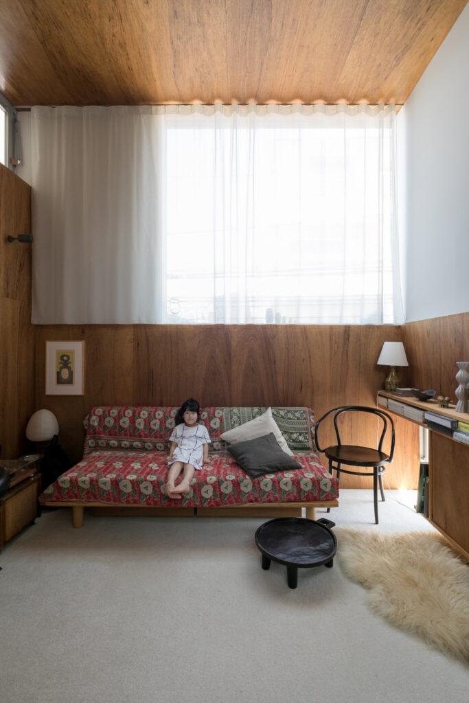 「床に置いたエチオピアのコーヒーテーブルは把手がついていて移動させるのも簡単なので重宝しています」。天井と壁は同じ素材だが、天井だけツヤのある塗料を使い、光の反射を楽しんでいる。