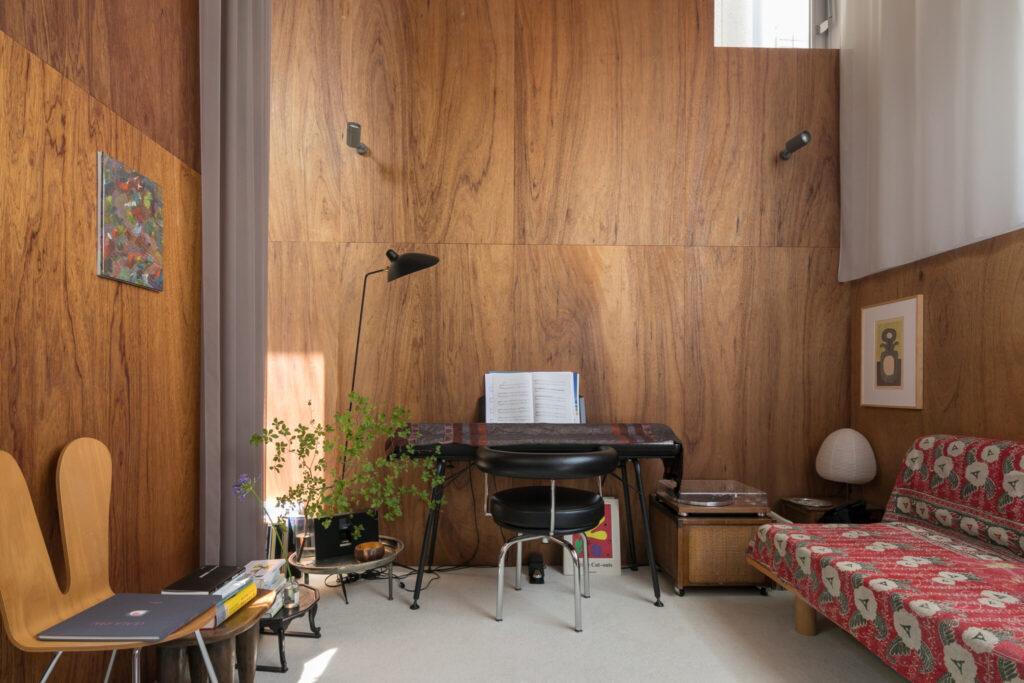 「なにか楽器を弾けるようになりたいと思い立ち、最近ピアノを始めました」と佑丞さん。両サイドにお気に入りのアートを飾る。「ラワン材の壁は、ビスが効くため好きな場所に絵を飾ることができます」