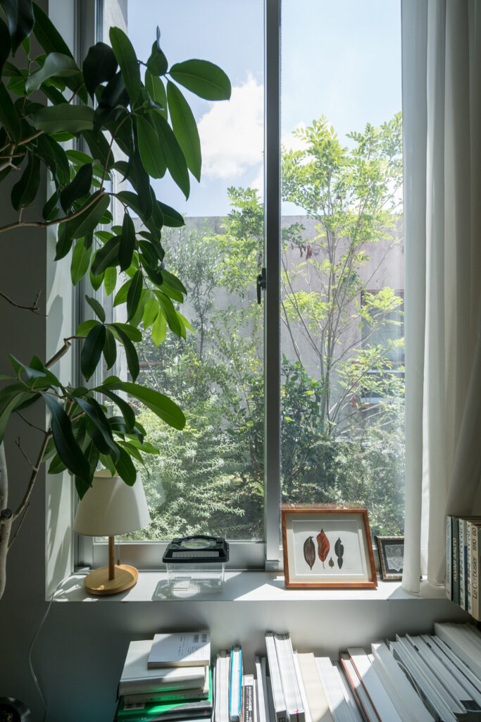 窓の外の緑をすぐ近くで楽しめる特等席。本を読みながら、ゆったりとした時間を過ごす。