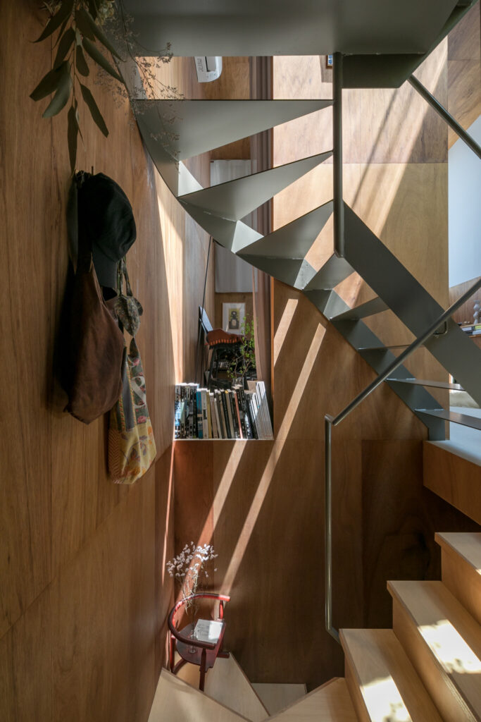 リビングと耐力壁に隙間を開けることで、広がりを感じられる。本は一箇所に集めるのではなく、家のそこここで手に取れるようにしている。