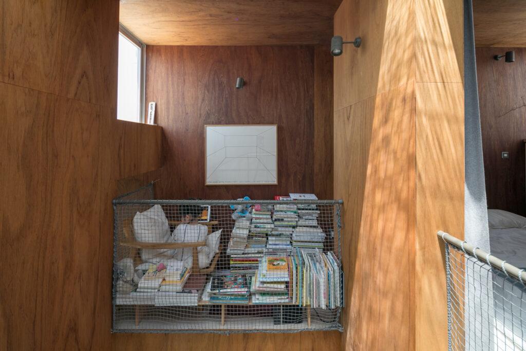 寝室の横の小さなスペースは、周囲を本に囲まれたお籠もり感抜群の場所。椅子に座って視線を上げると、寝室の窓から空が見えて気持ちいい。
