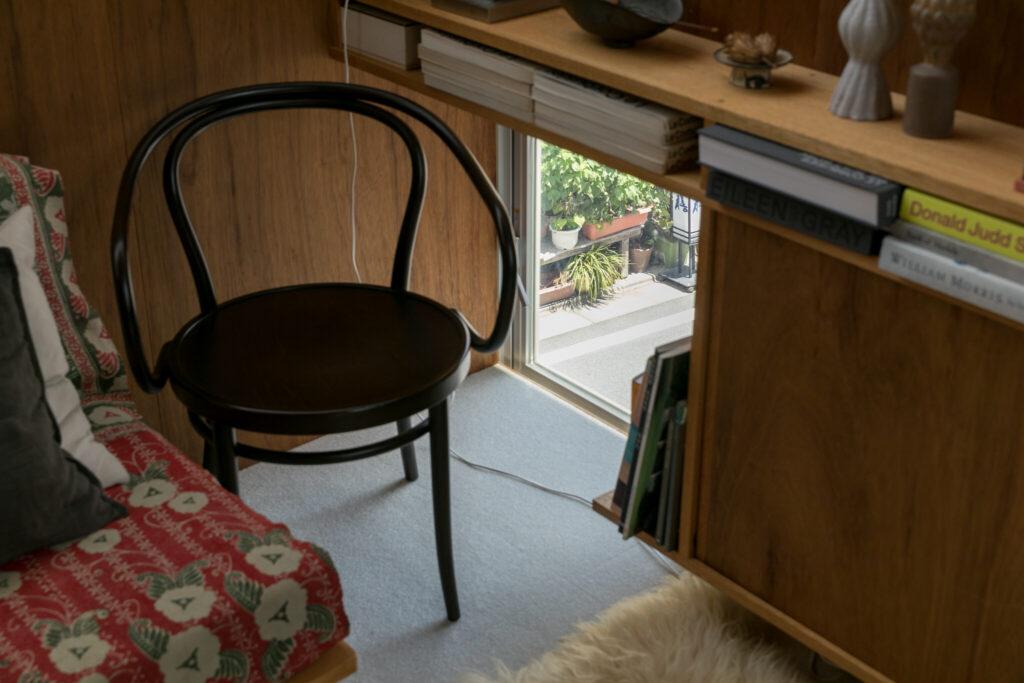 リビングの棚の下に開けた小窓から、賑やかな通りを眺める。