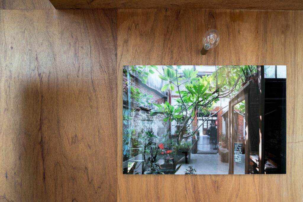 階段の踊り場には、写真家の中村絵さんの台南で撮った作品を。「ガラスのように艶感のある仕上げにしていただき、台南の街に開いた窓のように楽しんでいます」