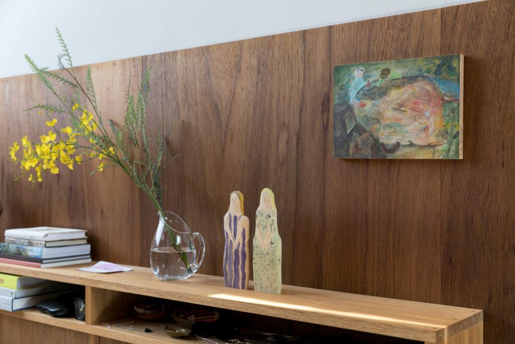 右の絵は住宅全体を使って個展を開いた奥誠之さんの作品。「1階をアトリエとして設え1ヶ月ほど滞在しながら実際に絵を描いていただき、展示期間中は作品を部屋に飾って、ご近所の方含めたくさんの方に見ていただきました。この作品はこどもたちが囲むテーブルのようにも、池のようにも、様々な風景に見えるところが好きです」