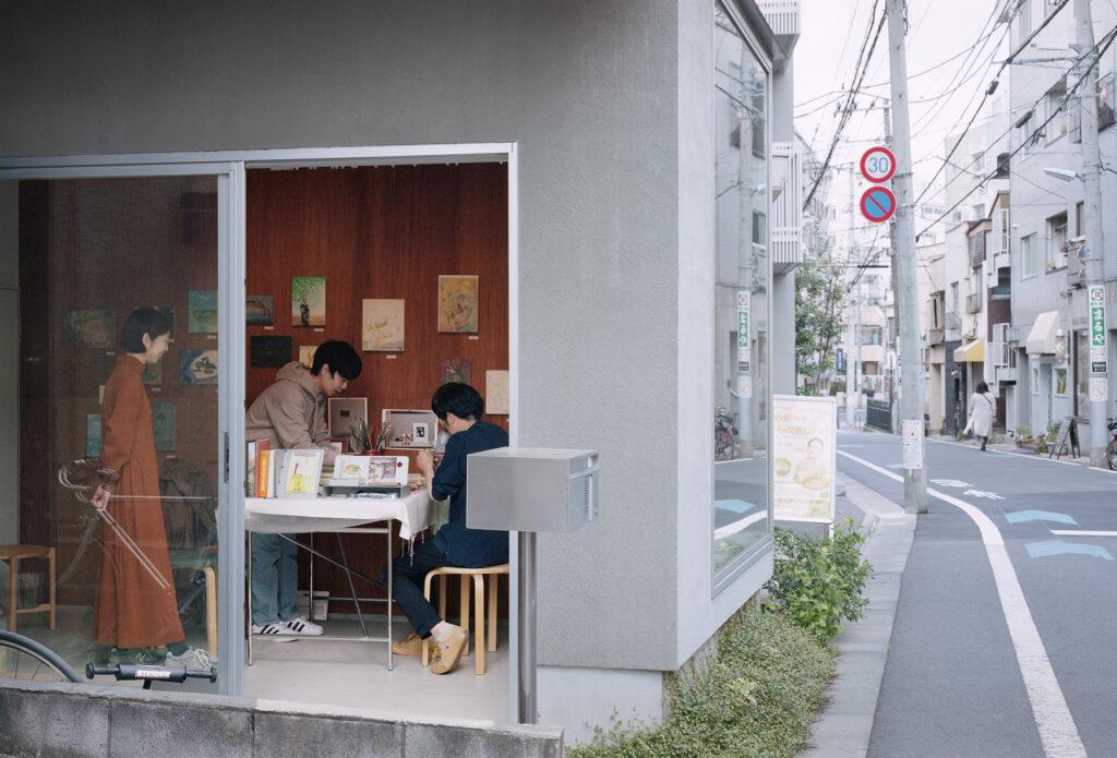 通りに面した1階の部屋で今年3月に開催された奥誠之さんの個展「小さな部屋に絵具を渡す」。琴ちゃんも一緒に絵を描いた。©Yurika Kono