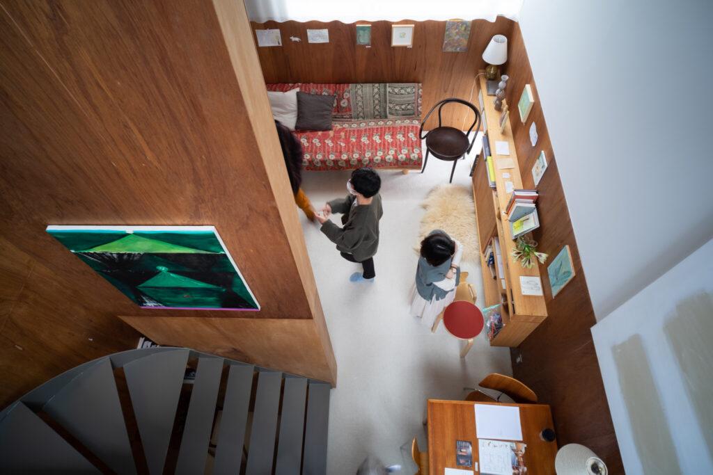 住宅の中に奥誠之さんの絵を飾り鑑賞する試み。©Naohiro Tsutsuguchi