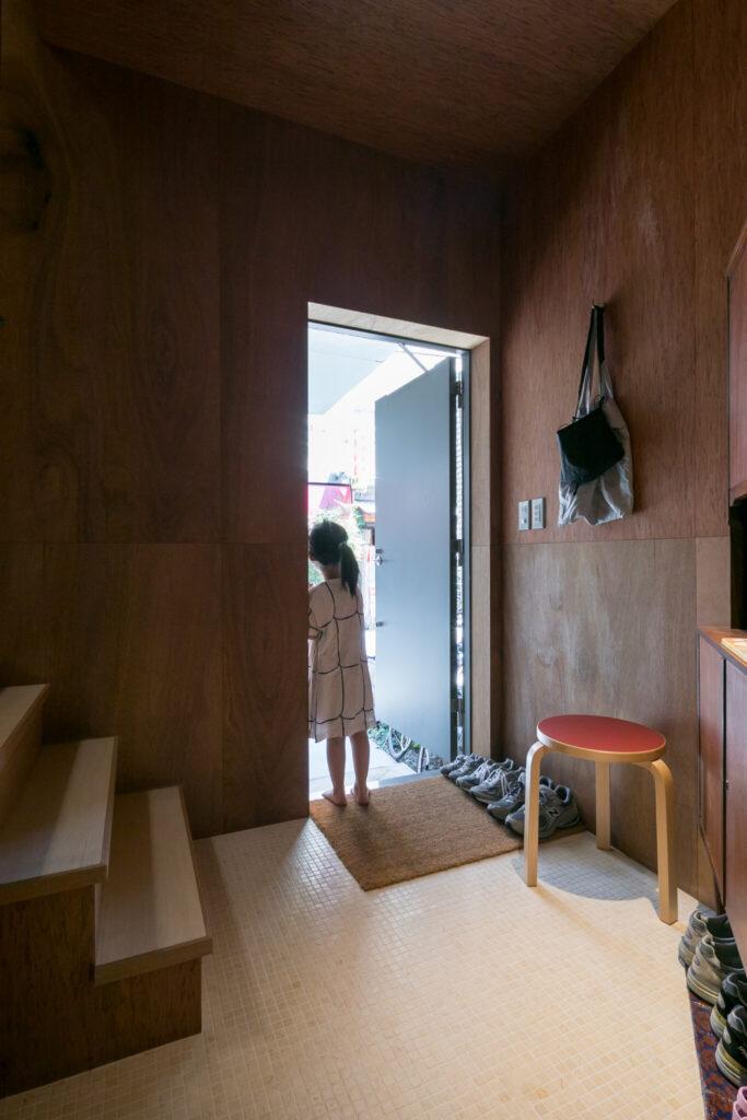 1階は玄関とバスルームが、同じ素材で連続する。
