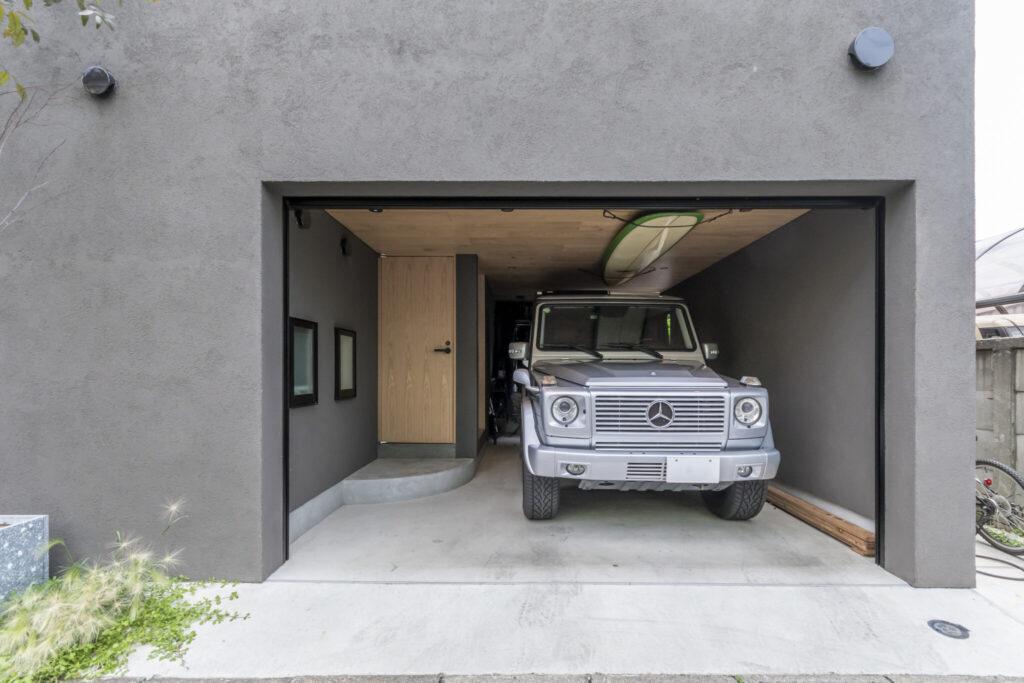 賢さんの愛車『ゲレンデヴァーゲン』の車高に合わせてガレージを設計。ダイニング・キッチンの下に位置する。
