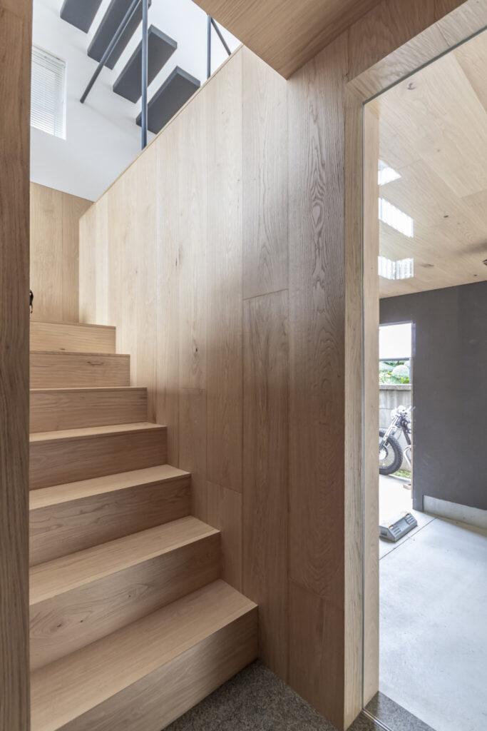 足触りのよい浮造り仕上げの栗の木を床だけでなく、壁や天井にも採用。経年変化が楽しめるのも魅力。