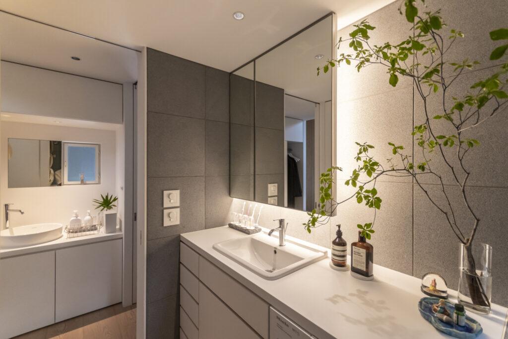 バスルームを使用していても洗面台が使えるように、トイレ側(奥)と、バスルーム側(手前)に2か所設けた。