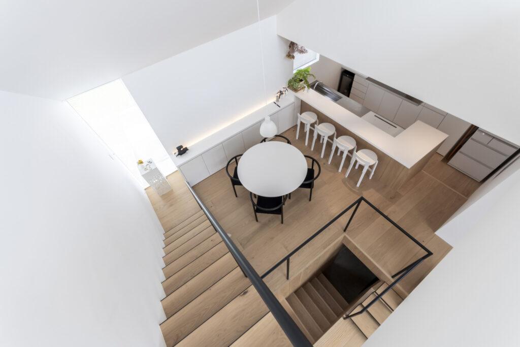 3階から2階を見下ろす。スキップフロアの楽しい構成がよくわかる。階段の手すりとアームチェアの脚とは同じ太さにし、統一感をもたらしている。