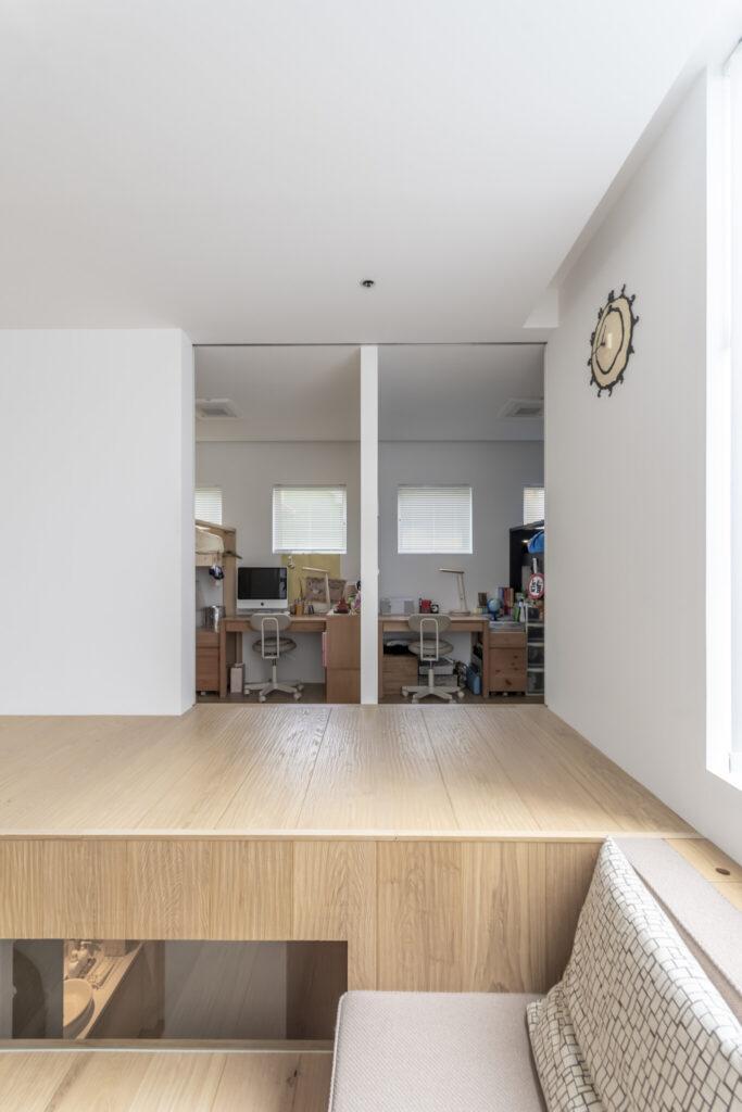 廊下より400mm下げた子ども部屋。左側が中2の娘さん、右側が小5の息子さんの部屋。それぞれ好きな色でベッドをペインティングした。真ん中の壁は簡単に外せるため、いずれは一部屋にすることも可能。