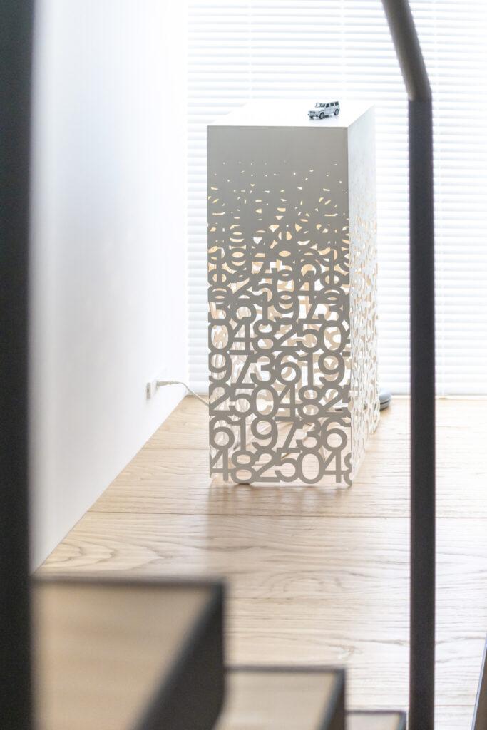 『トネリコ』の代表作、フロアランプ『MEMENTO』。光を灯すと、空間全体に光のアートが拡散される。