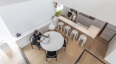 心地よい居場所が点在体感できる広さを追求したスキップフロアの家