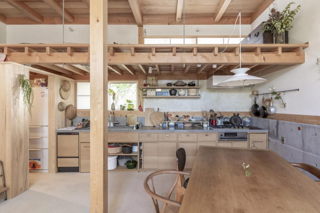 キッチンの横幅は4.3mと広め。娘さんたちとともに料理をするためのほか、いずれ料理教室を開くことなども想定してのものという。天板と壁はモールテックス。ロフト部分は昔の民家を思わせるような懐かしさを感じる。