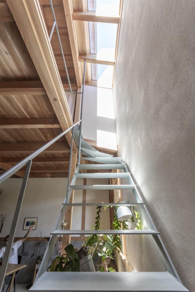 譲さんは階段を上がりながら1階の景色が変わっていく感じが気に入っているという。