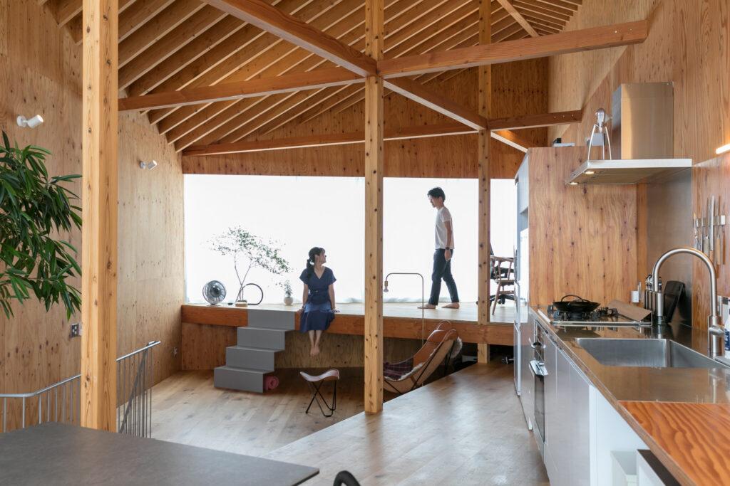 天井の斜めの棟木に合わせて、床も斜めの3段のスキップフロアになっている。