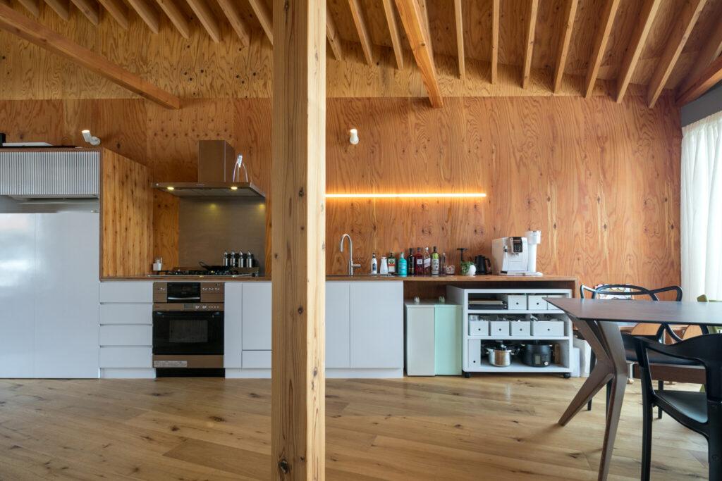 キッチンの扉や収納家具は白で統一。カウンターワゴンを引き出すと作業台になる。