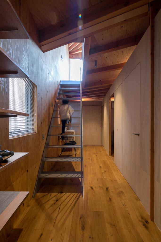 1階の廊下を広々と感じさせるスケルトンの階段。